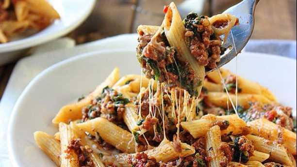 چیزی بیف پاستا<br/>Cheesy Beef Pasta