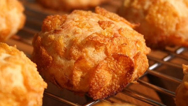 Cheesy cornflake cookies