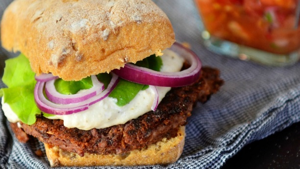ساسجز اور کڈنی بینز برگرز<br/>Sausages aur Kidney Beans Burger